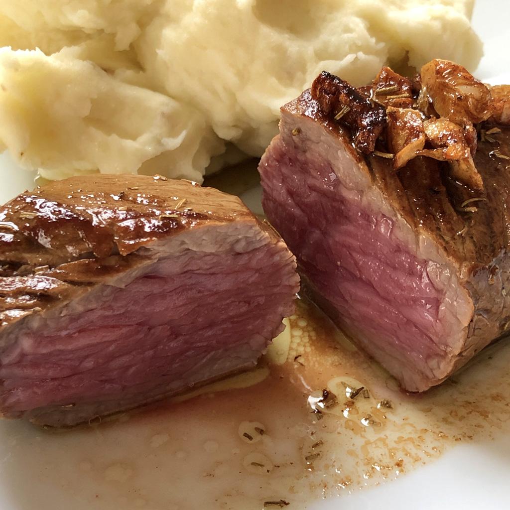 ミディアムレアな、牛もも肉の塊ステーキ