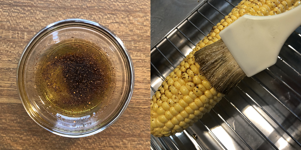 メキシカン・ストリートコーンの作り方:準備したオイルを、トウモロコシに調理刷毛で塗ります。