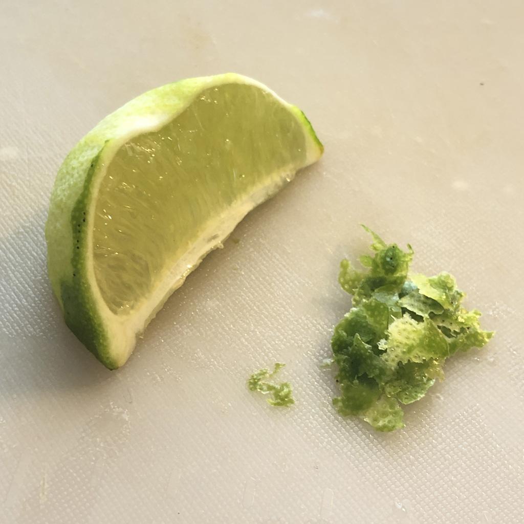 メキシカン・ストリートコーンの作り方:くし切りにしたライムの皮をピーラーで薄く削ぎ落とします。