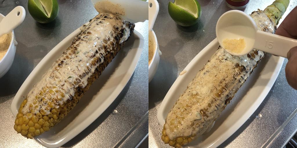 メキシカン・ストリートコーンの作り方:トウモロコシにソースを塗り、パルメザンチーズを振りかける。